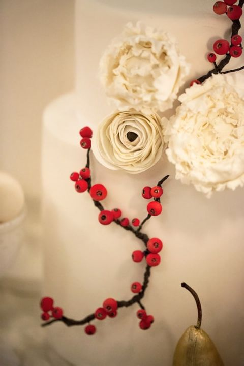Berry and White Flower Cake | Maru Photography | Let It Snow - Glamorous Holiday Wedding