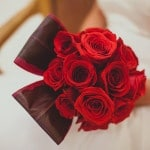 Modern Red Rose Wedding Bouquet | IQphoto Studio | See More! https://heyweddinglady.com/a-chic-san-francisco-city-hall-elopement-from-iqphoto-studio/