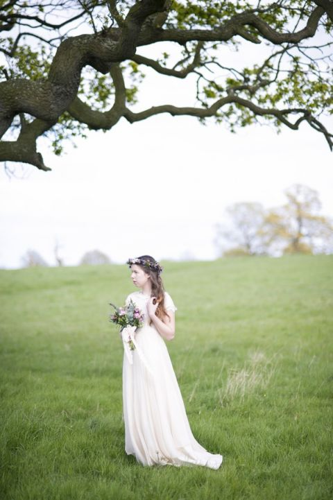 Romantic Bohemian English Meadow Bridal Shoot | Plenty to Declare Photography | See More! https://heyweddinglady.com/romantic-english-bohemian-bridal-shoot-from-plenty-to-declare-photography/