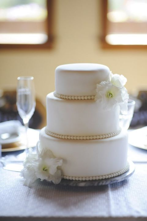 A Chic White Wedding Cake