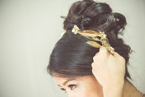 Hammered Gold Bridal Hair Accessories | Bonnallie Brodeur Photography | See More! https://heyweddinglady.com/luxurious-multicultural-wedding-in-red-and-gold/