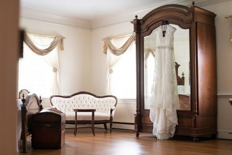 Elegant Bridal Dressing Room | Kirsten Smith Photography | English Inspired Country Club Wedding in Purple and White