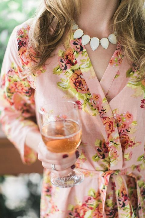 Floral Print Bridesmaid Robes and Champagne! | Jessica Gold Photography | Vintage Chic Pink and Gold Glitter