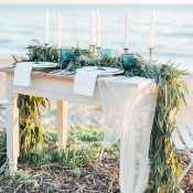 Sweetheart Table with a Seagrass Runner | Luna de Mare Photography | Glam Beach Bride